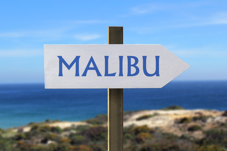 Malibu road sign with seashore in the background Banque d'images