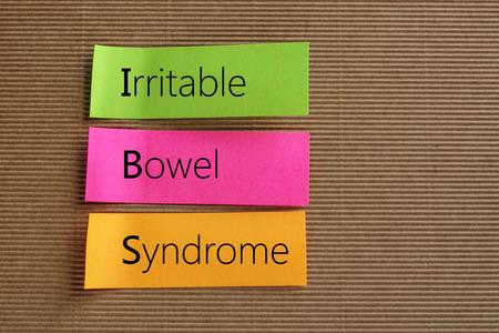 Irritable Bowel Syndrome texte sur des notes autocollantes colorées