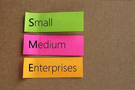Texte de petites entreprises moyennes (PME) sur des notes autocollantes colorées
