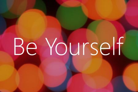 be yourself texte sur fond coloré bokeh Banque d'images