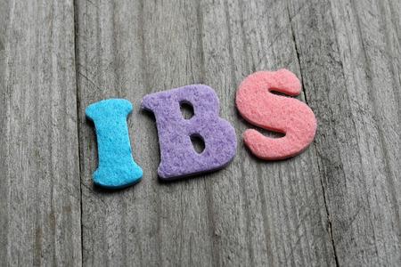 IBS (Irritable Bowel Syndrome) acronyme sur fond de bois