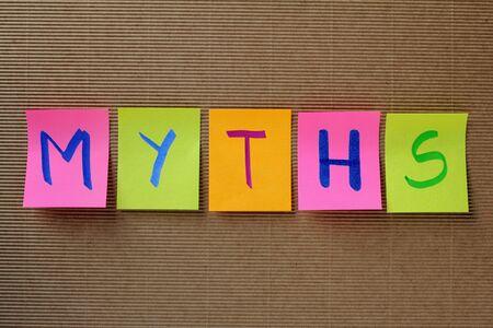 mot mythes sur des notes autocollantes colorées