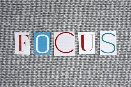 focalise: focus word on gray background
