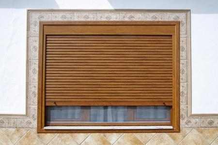 Houten raam met blind
