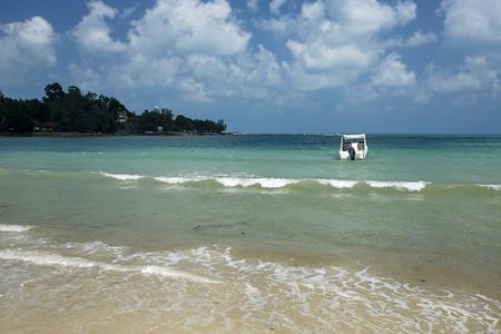 motorboat in the turquoise sea in Thailand Standard-Bild