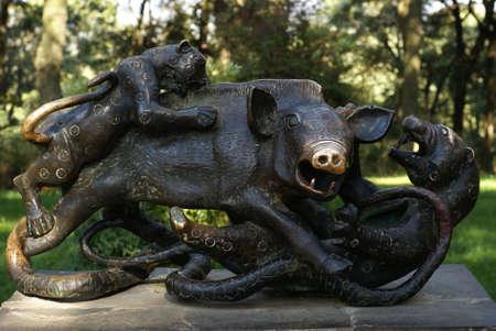 metal sculpture: Una scultura di metallo di un toro da combattimento tigri agaist. Foto scattata in un parco di Cina