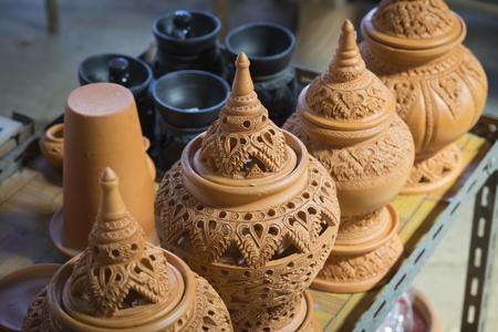 ollas de barro: ollas de barro hechas a mano marr�n Loza Foto de archivo