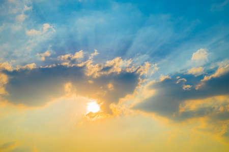 estado del tiempo: Sky with sun background