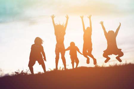 행복한 아이들과 행복한 시간 일몰의 실루엣 스톡 콘텐츠 - 82610301