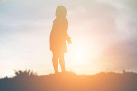 sagoma di bambini felici e tempo felice tramonto