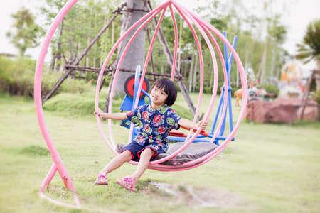 śliczna piękna uśmiechnięta mała dziewczynka na placu zabaw