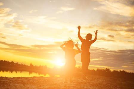 Kindersilhouette, Momente der Freude des Kindes. Auf dem Natur-Sonnenuntergang