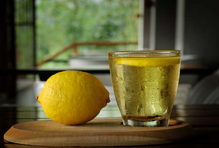 Fresh lemon and ice lemon tea on wooden tray Banque d'images - 131933337