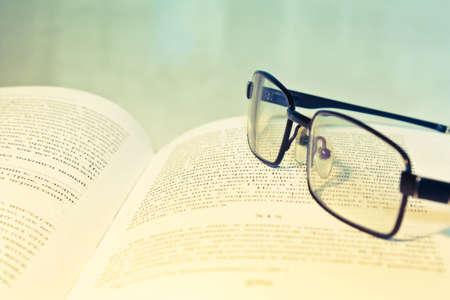 Nahaufnahme des geöffneten Buch und Brille Standard-Bild - 10084984
