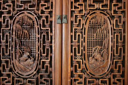 nudos: vista frontal de la puerta con tallas de madera  Foto de archivo