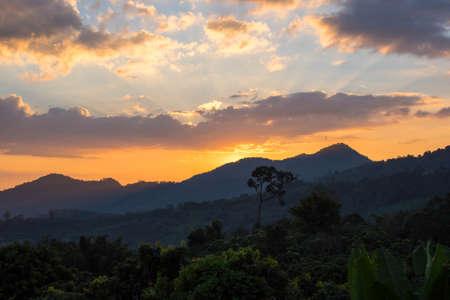 Alba sulla montagna nuvolosa in Thailandia Archivio Fotografico - 72521854