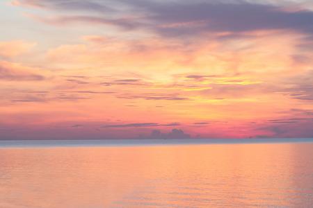 Zonsopgang op het strand in de ochtend en mooie hemel Stockfoto