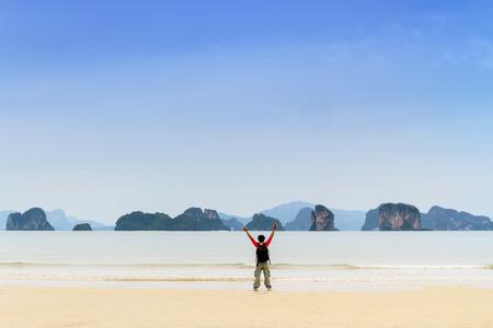 Man Walking Travel op de oceaan strand haze met alleen Stockfoto