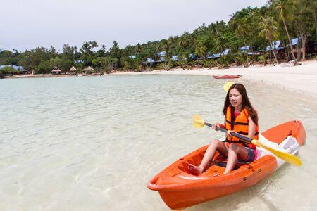 ocean kayak: Muchacha Hermosa Con Kayak Paddle viajes y vacaciones en la playa disfrutando