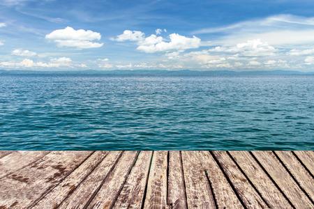 houten loopbrug over de zee en de blauwe hemel Stockfoto
