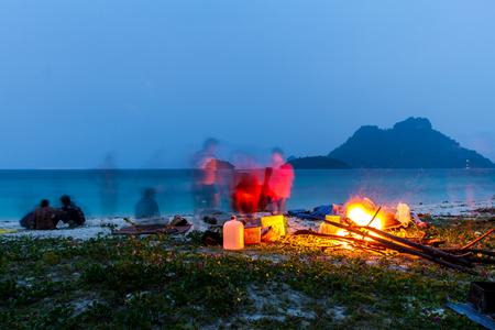 kampvuur in de nacht op het strand in de zomer