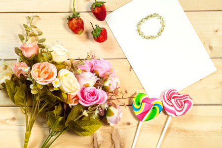 fond de texte: Roses flowers and empty tag for your text with heart-shaped candy on wooden background