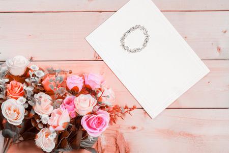 felicitaciones cumplea�os: Rosas flores y etiqueta vac�a para el texto sobre fondo de madera