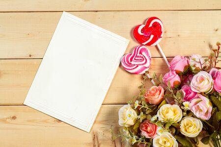 fond de texte: Pastel couleur tons roses et fleurs balise vide pour votre texte avec forme de coeur de bonbons sur fond de bois