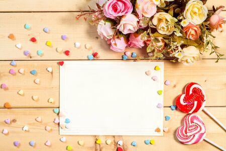 birthday greetings: Pastel de tono de color rosas flores con el caramelo en forma de coraz�n sobre fondo de madera
