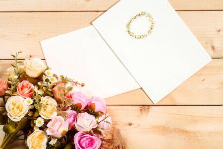 fond de texte: Roses fleurs et balise vide pour votre texte sur fond de bois