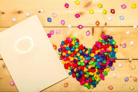felicitaciones cumplea�os: heart shape colorful on wooden background Foto de archivo
