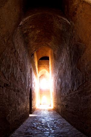 Het licht bij de lange ondergrondse abstracte achtergrond van de bakstenen muurtunnel