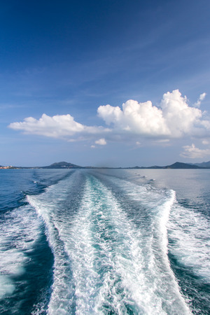 Water blauwe oceaan splash en boot in de zee weg achtergrond