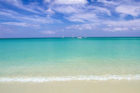 Tropical beach with soft wave on blue sea and sky. Background Stockfoto