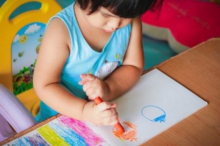 カラフルなクレヨンで描くかわいい女の子子供着色 写真素材