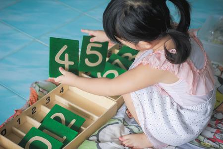 Montessori kinderen, Montessori materialen, Zandpapier. Stockfoto