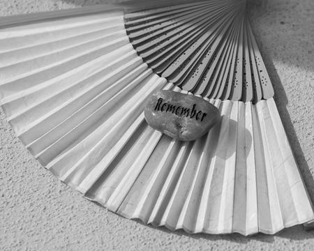 remember: Recuerde piedra token y abanico japonés