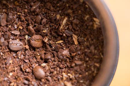 Coffee beans are ground into coffee powder by a grinder Zdjęcie Seryjne - 129306895
