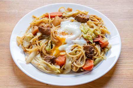 Pork Curry spaghetti  on wooden background ( Onsen tamago, Potato, enoki mushroom, onion, broccoli, Japanese style,) Zdjęcie Seryjne