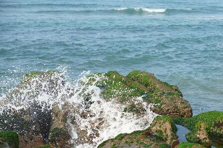 hiebe: Wellen schlagen auf der gr�nen Erosion Graben