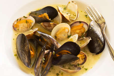clams and mussels in a white wine and garlic broth Imagens