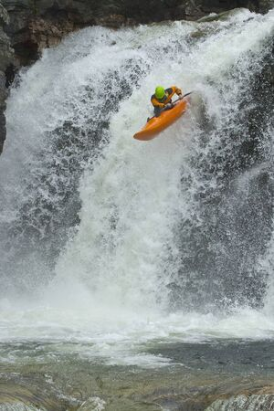 kayak: Spring van de waterval