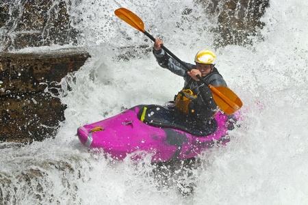 kayak: Kayaker in de waterval