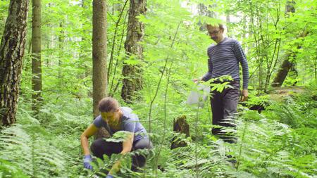 Ökologen von Frauen und Männern, die Bodenproben nehmen