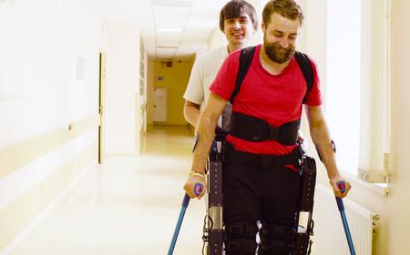 Młody niepełnosprawny mężczyzna w zrobotyzowanym egzoszkielecie