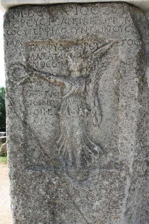 Ein Steinstich, der den Sieg von Nike darstellt. Dieses historische Theater in Philippi wäre von den Aposteln Paulus, Silas, Lydia und frühen Christen aus Apostelgeschichte 16 besucht worden. In dem Theater hätten Dramen und Gladiatorenkämpfe stattgefunden. Standard-Bild