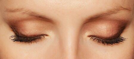 ojos marrones: Ojos de mujer con largas pesta�as y maquillaje