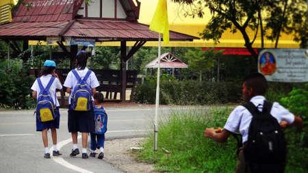 ni�os caminando: Ni�os que caminan a la escuela Foto de archivo