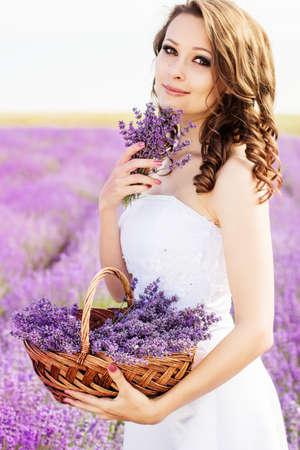 Beautiful bride posing at field of lavender Stockfoto