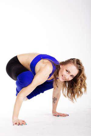 sexy woman standing: Joven mujer sexy pie de yoga plantean